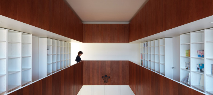 Koizumi Sekkei completes house in Japan with a basketball court at its centre